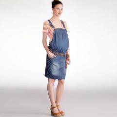 Vestido de embarazo tipo peto corte recto de denim
