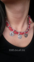 Collar de gamuza roja con cadena