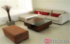 Sofa en L 2.7 X 1.5 m., patas de madera, tapiz